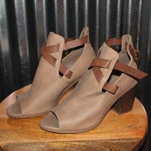 Shoes - women's wooden ankle booties size 9